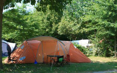 Un emplacement pour tente tout en verdure au pied des Pyrénées
