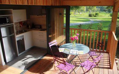La terrasse couverte de l'éco-cabane 01
